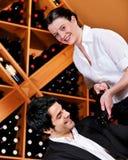 Kellnerin in der Gaststätte, die Rotwein anbietet Stockfoto