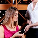 Kellnerin in der Gaststätte, die Rotwein anbietet Lizenzfreies Stockbild