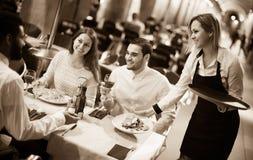 Kellnerin, die Bestellung am Terrassentisch am Sommertag holt Stockbilder