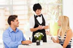 Kellnerin, die Ordnung nimmt Stockbilder