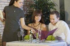 Kellnerin, die Ordnung von den Paaren nimmt lizenzfreie stockfotos