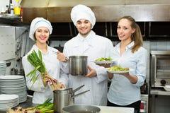 Kellnerin, die Teller von der Küche nimmt Lizenzfreies Stockfoto