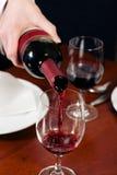 Kellnerin füllt Glas wieder Lizenzfreie Stockbilder