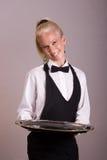Kellnerin hält silberne Mehrlagenplatte an Stockfoto