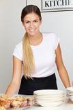 Kellnerin hinter Zählwerk im café lizenzfreies stockbild