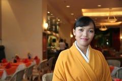 Kellnerin im Kimono Stockfotos