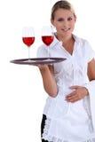 Kellnerin mit einem Behälter Lizenzfreies Stockbild