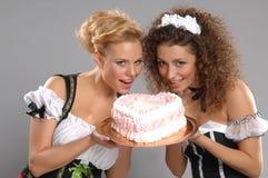 Kellnerin mit zwei hübsche Mädchen lizenzfreie stockbilder