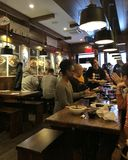 Kellnerin Serving Customers an japanischer Nudel-Restaurant-New- York Citynahrung isst Tendenz stockfoto