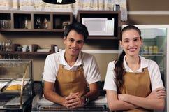 Kellnerin und Kellner, die an einem Kaffee arbeiten Lizenzfreies Stockfoto