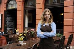 Kellnerin vor Gaststätte Lizenzfreies Stockfoto