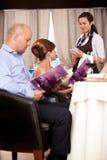 Kellnerin, welche die Ordnung von der Gaststättetabelle nimmt Stockfoto