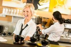 Kellnerinumhüllung-Kaffeetassen, die Espressofrau bilden Lizenzfreies Stockfoto