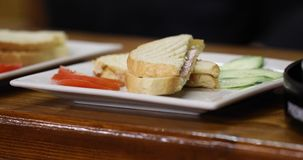 Kellnerumhüllung im Restaurant stock video footage