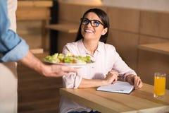 Kellnerumhüllungssalat für Geschäftsfrau lizenzfreies stockbild