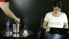 Kellnerumhüllungswasser zu einer Geschäftsfrau Timelapse stock video footage