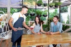 Kelnerów liści filiżanki portreta barista zielonej białej młodej męskiej usługa klienta kawiarni kawowy fartuch zdjęcia royalty free