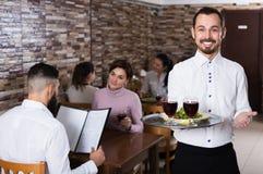 Kelnerów powitalni goście w restauraci Fotografia Royalty Free