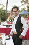 Kelner bij buffet Royalty-vrije Stock Foto's