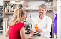 Kelner daje koktajlowi kobieta obraz royalty free