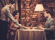 Kelner die balsemieke saus in olijfolie kleine plaat dienen Stock Fotografie
