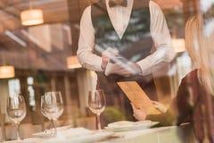 Kelner die de orde van klant neerschrijven royalty-vrije stock foto
