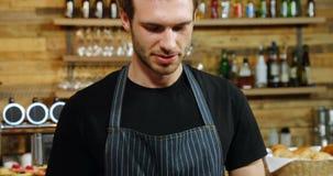 Kelner die digitale tablet in koffie 4k gebruiken stock footage