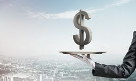 Kelner die dollarsymbool op dienblad voorstellen Royalty-vrije Stock Afbeelding