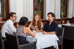 Kelner die gelukkig paar aanpassen Royalty-vrije Stock Foto