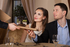 Kelner die menu geven Royalty-vrije Stock Fotografie