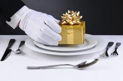 Kelner die op Plaat Huidig plaatst Royalty-vrije Stock Fotografie