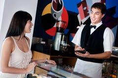 Kelner die Orde neemt Stock Foto