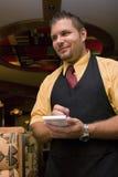 Kelner die orde neemt Stock Fotografie