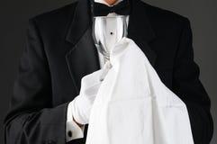 Kelner die Stemware oppoetst stock afbeelding
