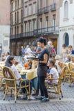 Kelner dziewczyna bierze rozkaz od gości Zdjęcie Royalty Free