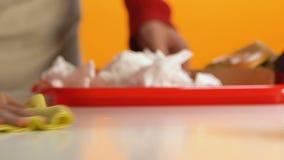 Kelner het afvegen onderaan lijst in snel voedselrestaurant, de schoonmakende close-up van de diensthanden stock footage