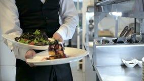 Kelner het dienen in motie op plicht in restaurant stock footage