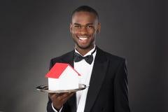 Kelner Holding House Model in Dienblad royalty-vrije stock fotografie