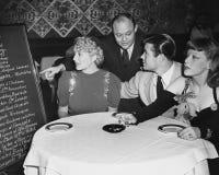 Kelner i klienci w restauraci (Wszystkie persons przedstawiający no są długiego utrzymania i żadny nieruchomość istnieje Dostawca Zdjęcie Stock