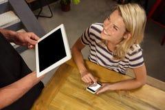 Kelner i klient używa technologię Zdjęcia Stock
