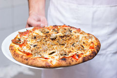 Kelner met pizza Royalty-vrije Stock Fotografie
