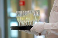 Kelner met wijnstokglazen Stock Afbeeldingen