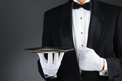 Kelner met zilveren dienblad stock foto