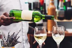 Kelner nalewa wino w szkło Zdjęcia Royalty Free