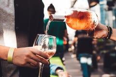 Kelner nalewa wino w szkło Obraz Stock
