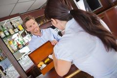 Kelner ofiary pudełka herbaty klient Zdjęcia Stock