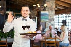 Kelner pokazuje ok znaka Obrazy Royalty Free