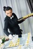 Kelner porci cateringu stół Obraz Royalty Free