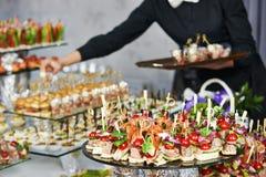 Kelner porci cateringu stół Fotografia Stock