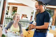 Kelner porci młoda kobieta w restauraci Fotografia Stock